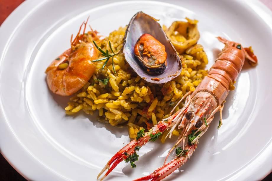 Paella com camarão, lagostin, lula e mexilhão: o prato é mais vistoso do que saboroso