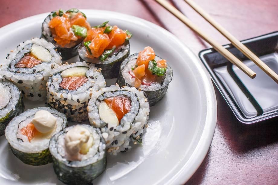 Servidos em barcas, os sushis são apenas de salmão, não há outra variedade de peixe