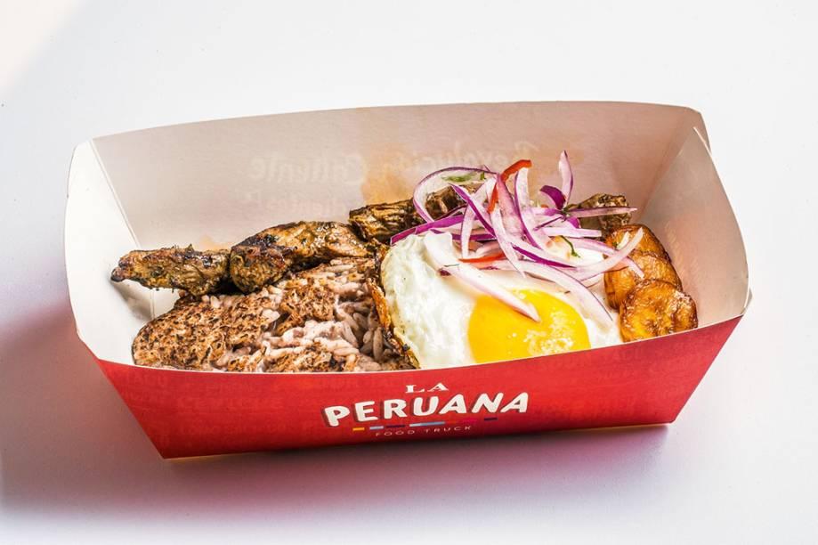 Parece um PF brasileiro: arroz com feijão-preto, acompanhada de filé-mignon, ovo e banana-da-terra