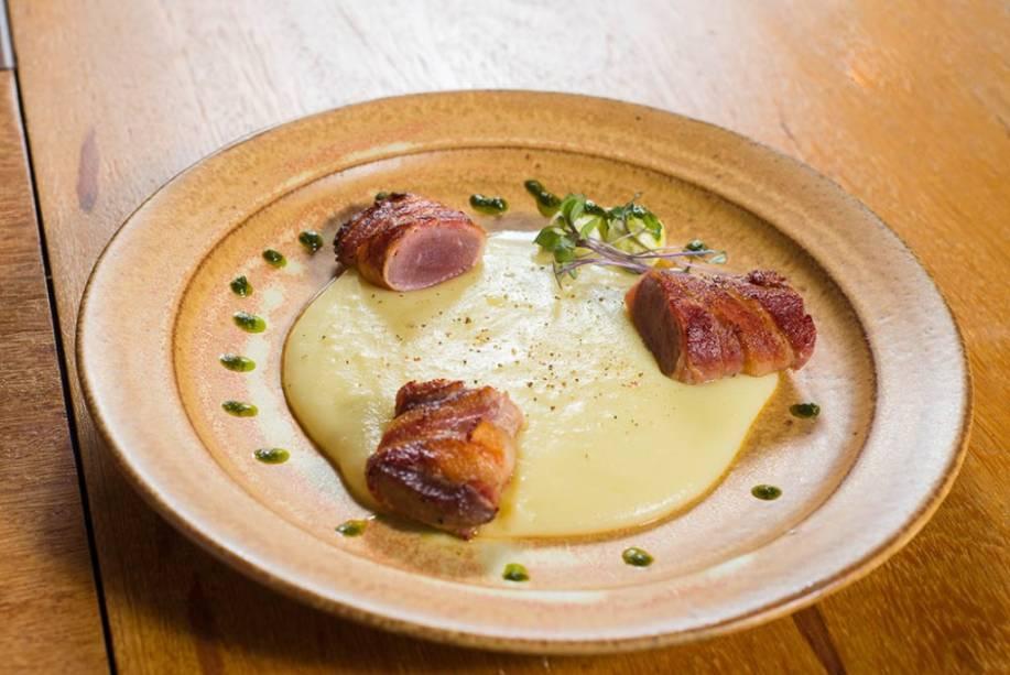 O lombo de cordeiro é servido na companhia de tabule de feijão-manteiguinha ou purê de batata ao wassabi