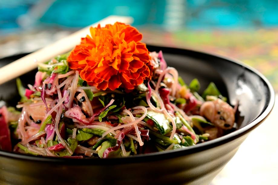 Saladinha de macarrão de arroz, frango agridoce e hortaliças