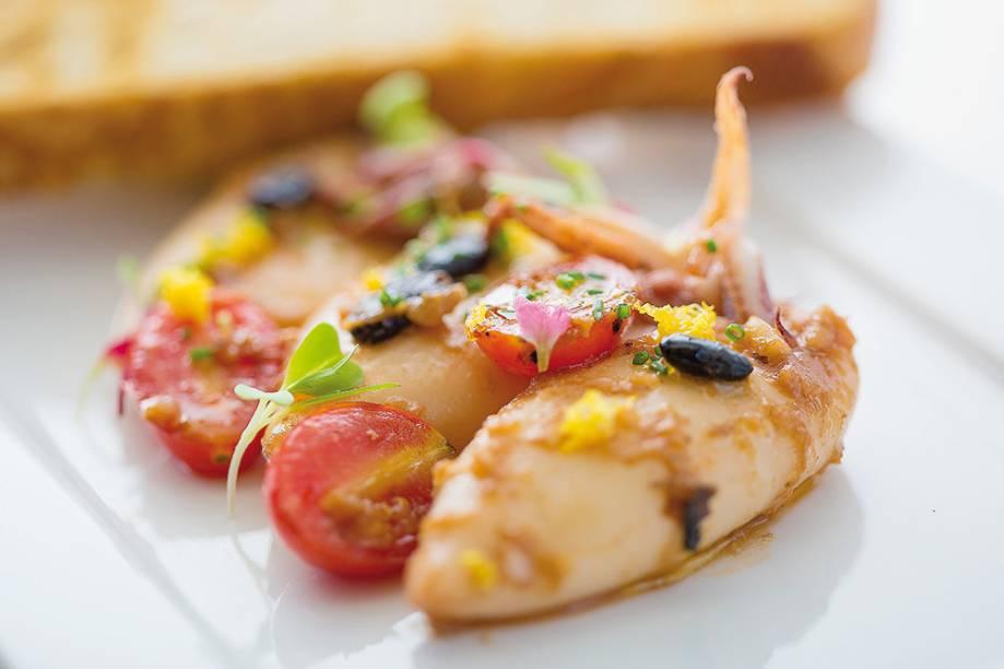 O chef Flávio Miyamura, do Miya, gosta de inventar pratos contemporâneos com traços orientais.Entre suas recentes inclusões no menu, dá certo em particular uma das entradas. É a lula com gengibre, limão e feijão dao sin.