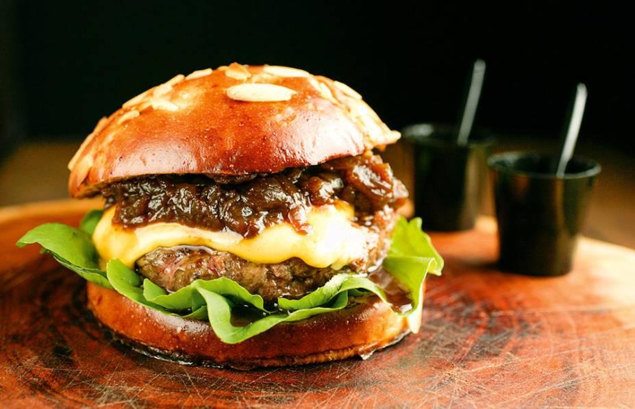 O hambúrguer da casa: queijo prato, cebola caramelada e rúcula