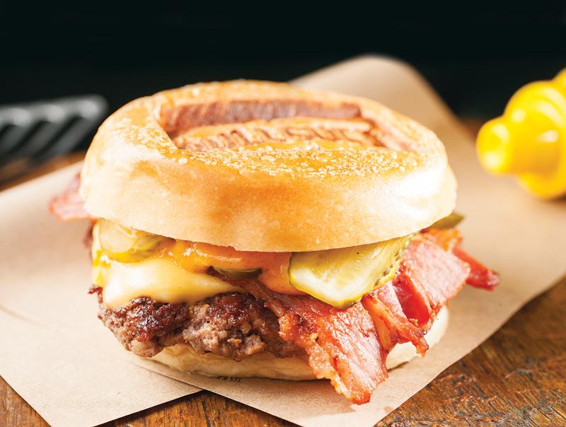 Lumberjack: hambúrguer, queijo prato, bacon, picles e molho de páprica