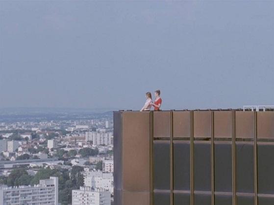 Lisa (Ana Neborac) e Joane (Phillipine Stindel) sonham com uma vida melhor e empregos mais qualificados