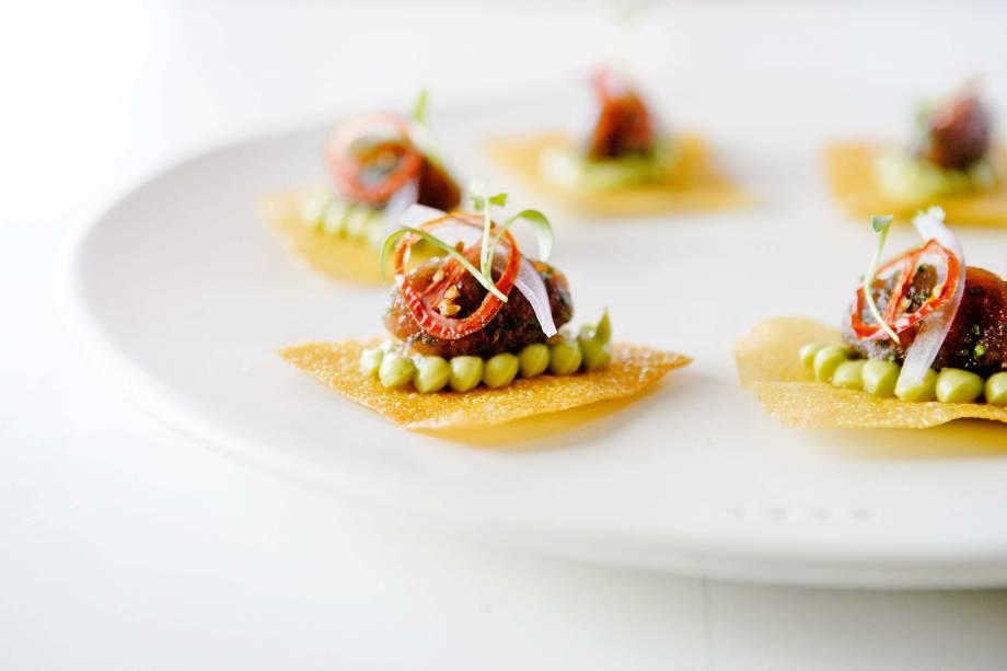 Reinvenção da tortilha mexicana: crocante de milho leva cobertura de <span>atum levemente grelhado com purê de abacate e tabule de quinoa</span>