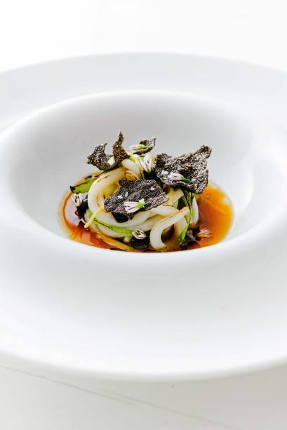 Lámen de lulas: no caldo de jamón, o macarrão é substituído por fios do molusco,<span>com ervilha-torta, alho negro e crocante de arroz</span>