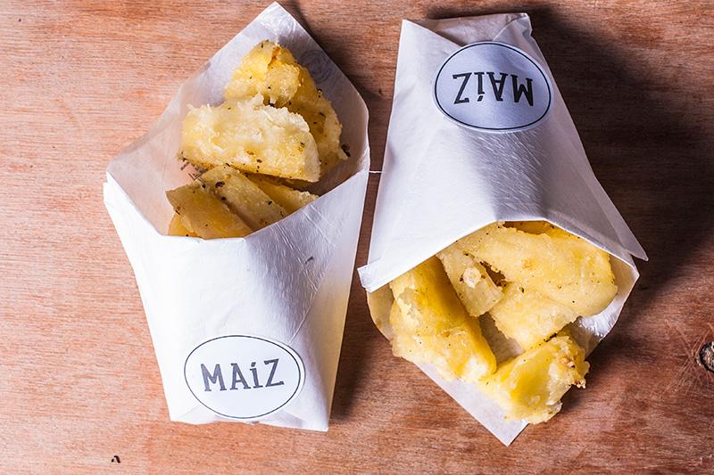 Uma das opções de petisco é a mandioca cozida na manteiga com alho frito