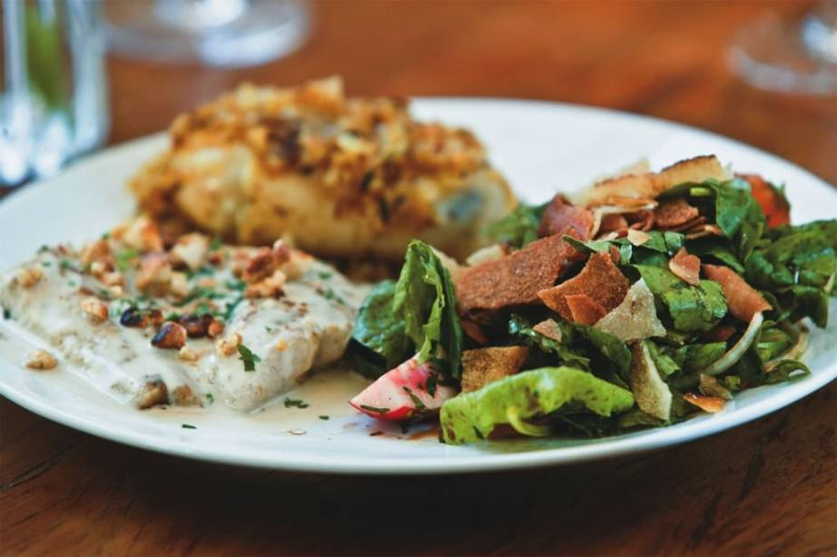 Combinado muxarabi: pintado ao molho taratur, batata ao murro e salada fatuche