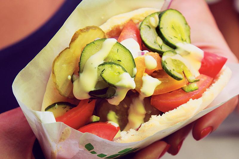 Faláfel no pão pita:complementos servidosem um bufê