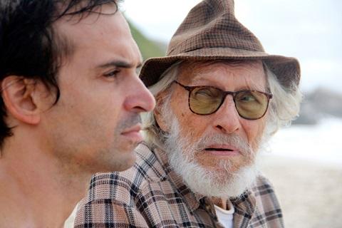 Gaspar Dias (Júlio Andrade) recebe a visita de Inácio Cabrera (Pietro Mario), um senhor que diz ter conhecido o artista Emilio Vega