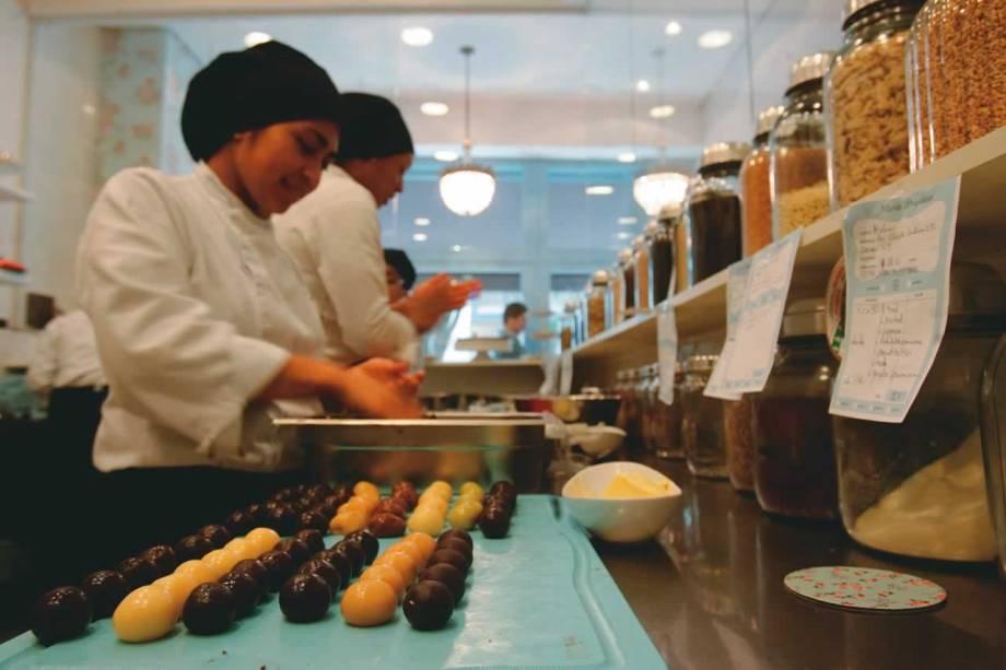 Produção na cozinha: ágeis funcionárias enrolam até 3 000 brigadeiros por dia