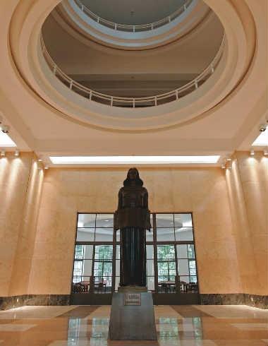 """A estátua """"A Leitura"""", de Caetano Fraccaroli, na entrada principal, que conta com nova iluminação: a reforma custou 16,3 milhões de reais"""
