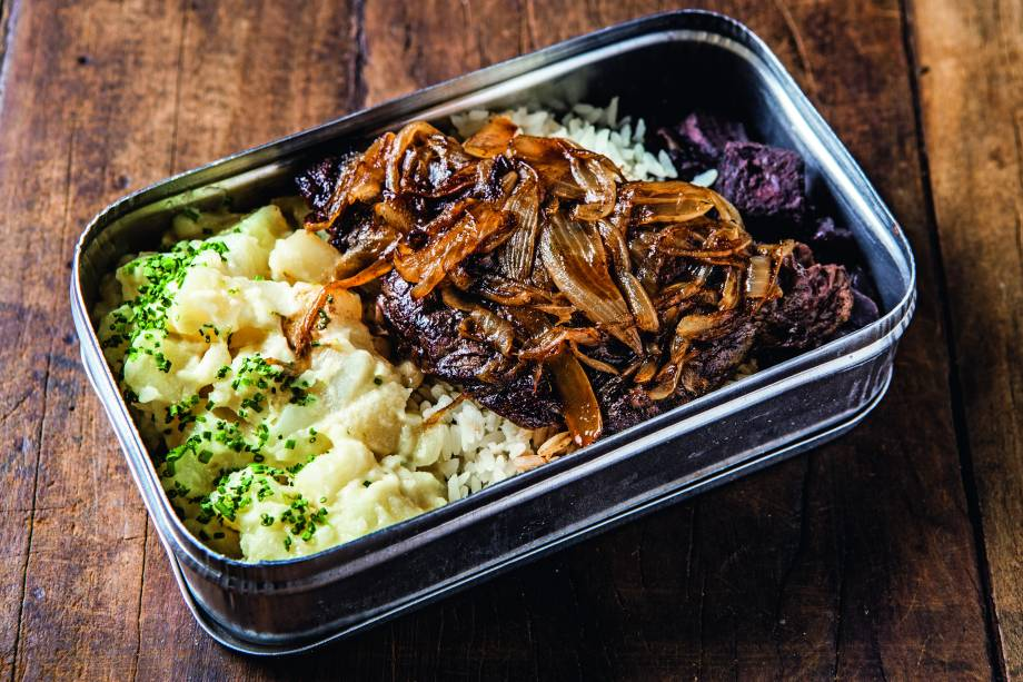 Marmita de arroz, feijão-preto, bife acebolado e salada de batata