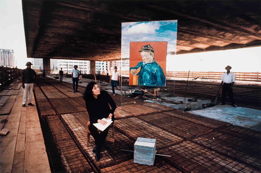 Lina Bo Bardi durante a construção do atual prédio do Masp