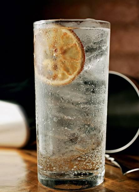 O gim-tônica: decorado com limão desidratado