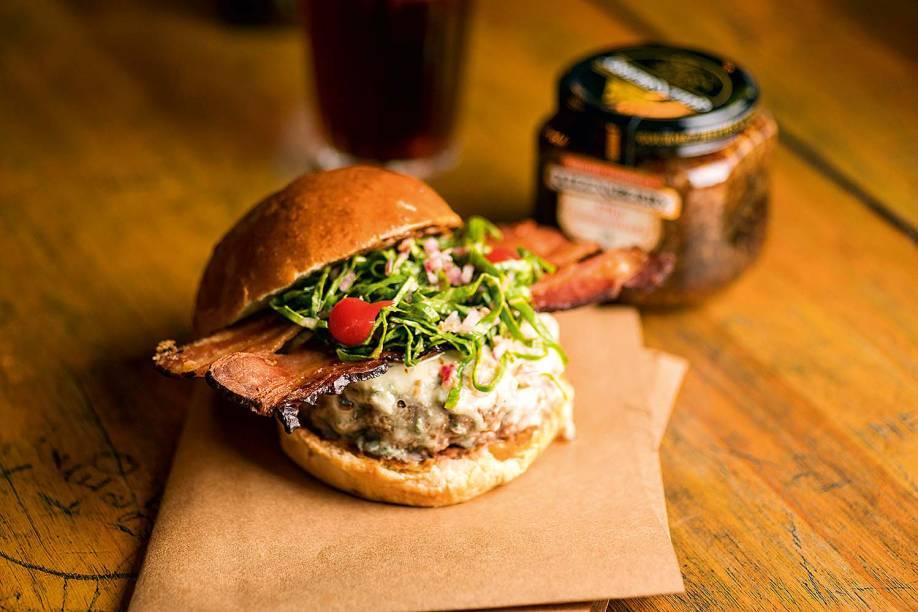 Fancy touch: o hamburguer vai junto de alho caramelado, blue cheese, bacon e vinagrete de couve, no cardápio até o dia 27