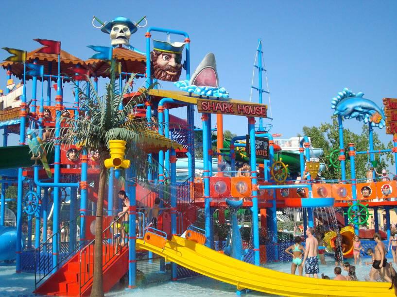 O complexo de tobogãs, plataformas e duchas: para crianças com mais de 6 anos