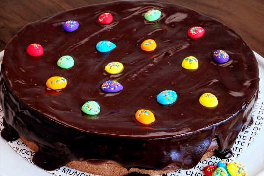 Quem comprar o bolo, leva ovinhos coloridos de açúcar e dragée para que o doce seja confeitado em casa