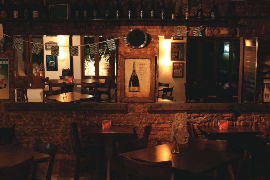 Detalhe do rústico salão da casa: referências ao universo cervejeiro
