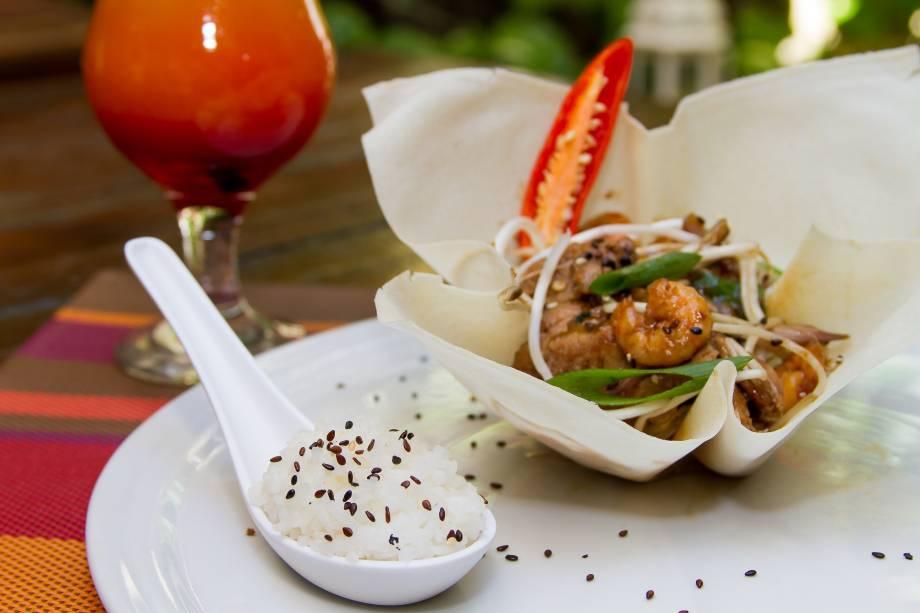 Silom road: mignon suíno e camarão salteados com broto de feijão e legumes crocantes temperados com molho de ostra