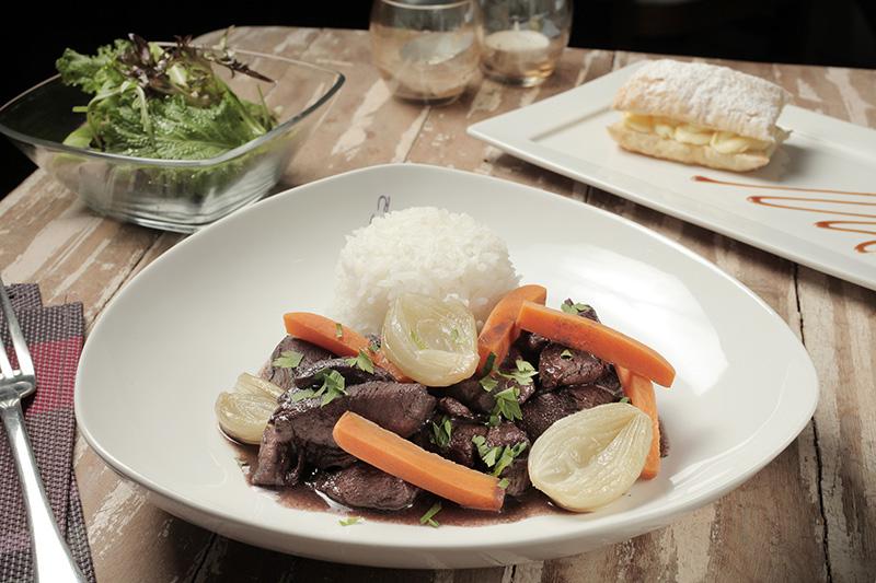 Menu completo de almoço servido durante a semana com o com coq au vin como atração