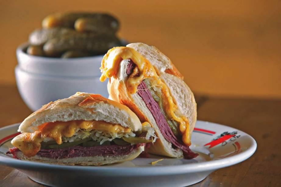 sanduíche quente de pastrami, chucrute, picles e queijo prato da Mercearia São Pedro