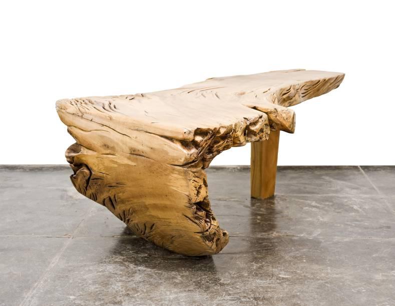 Mesa Makida é uma das peças do ateliê de Hugo França