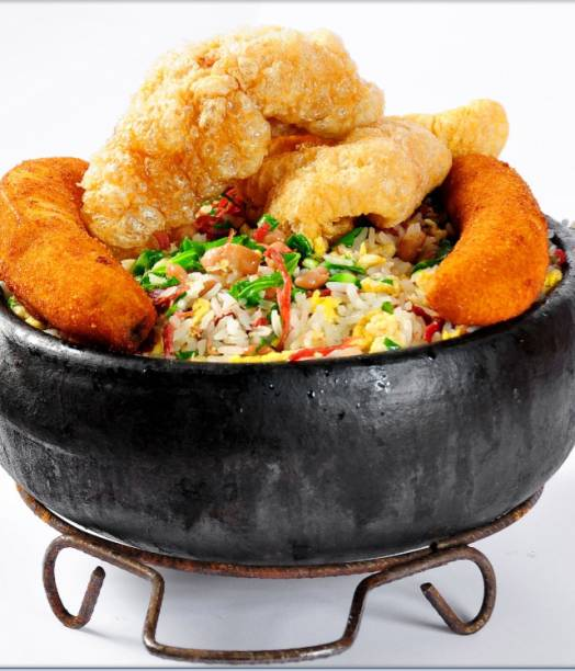 Mexida mineira carne de sol, feijão, arroz, ovo, couve, tutu, banana e torresmo