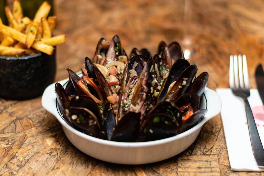 Mexilhão à provençal: servido com fritas para acompanhar os vinhos da casa