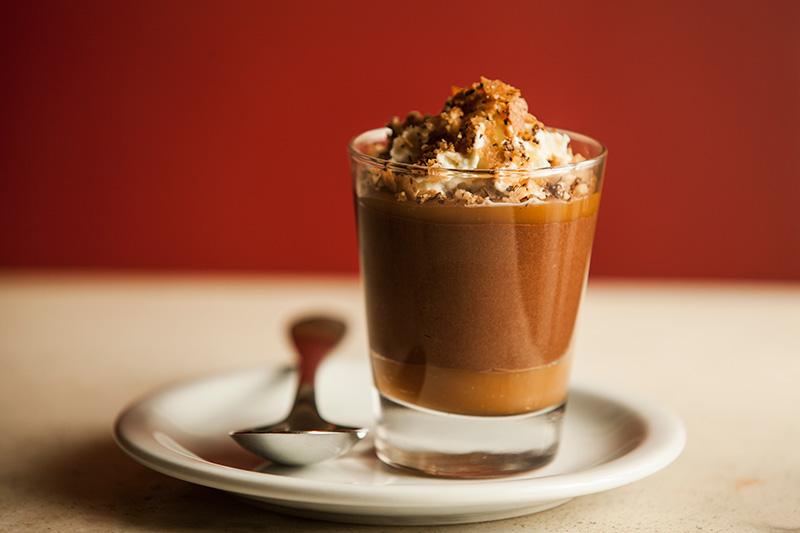 Copinho de musse de chocolate com caramelo e praliné