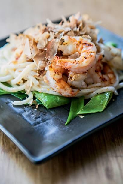 O udon batayaki: macarrão oriental com frutos do mar ao molho de manteiga de parmesão