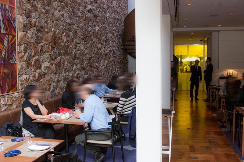 O agradável salão, concorrido durante o almoço