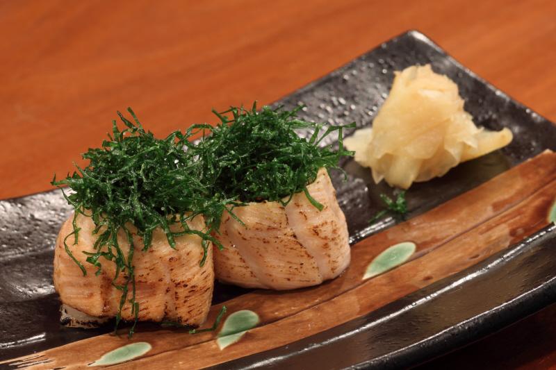 Sushi de salmão feito no maçarico com crisp de couve