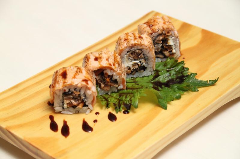 Sushi de salmão skin e molho tarê