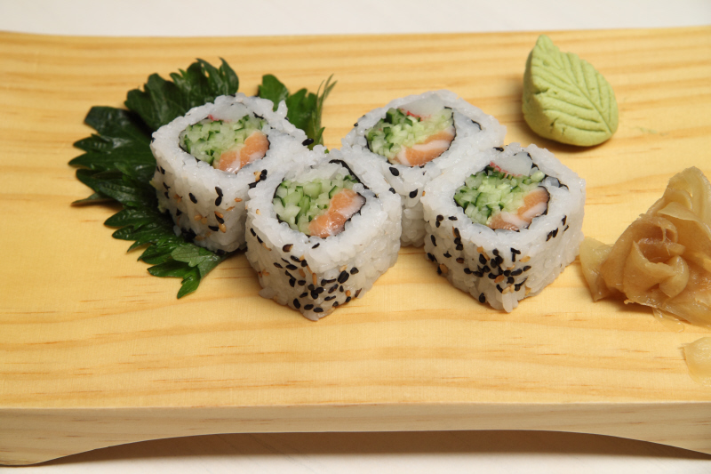 Sushi de salmão e pepino