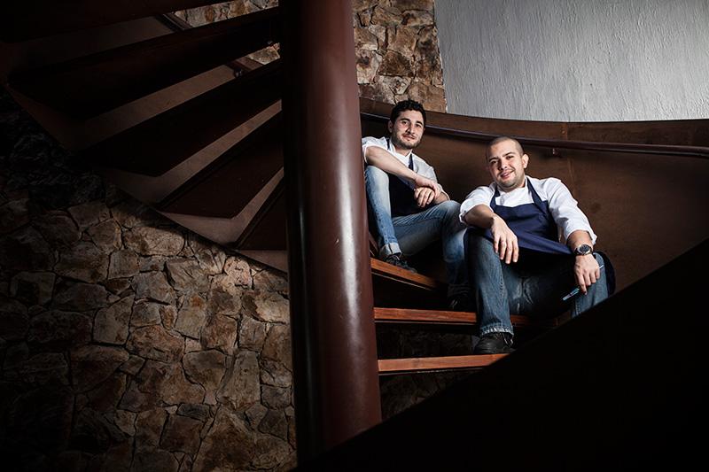 Na cozinha, o comando é da dupla de chefs Julian Rigo e Juca Duarte