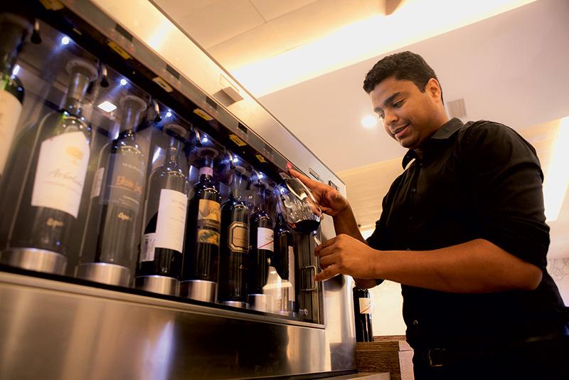 O sommelier Fernando Santander: taças na máquina Enomatic