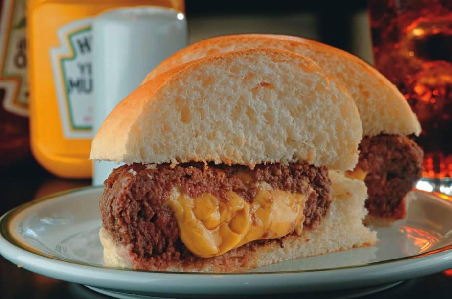 Duploburger: tipo de polpettone alto recheado de queijo prato no pão macio