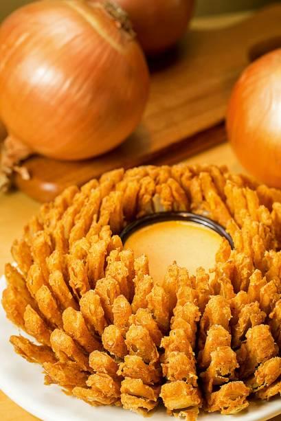 bloomin' onion: cebola cortada em pétalas, empanada e frita
