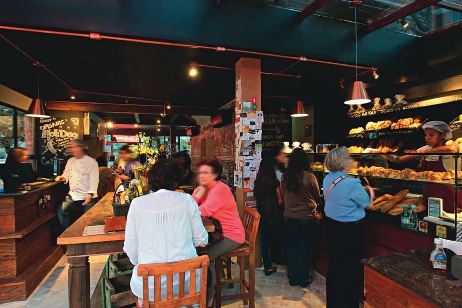 O salão: a vitrine de pães oferece delícias vendidas por quilo