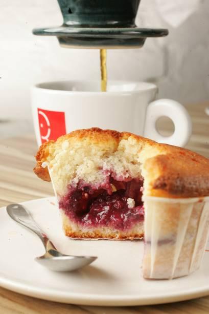 Muffin de framboesa e chocolate branco acompanhado de café coado