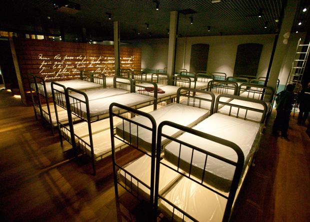 Acomodações: quarto da hospedaria é reproduzido na mostra