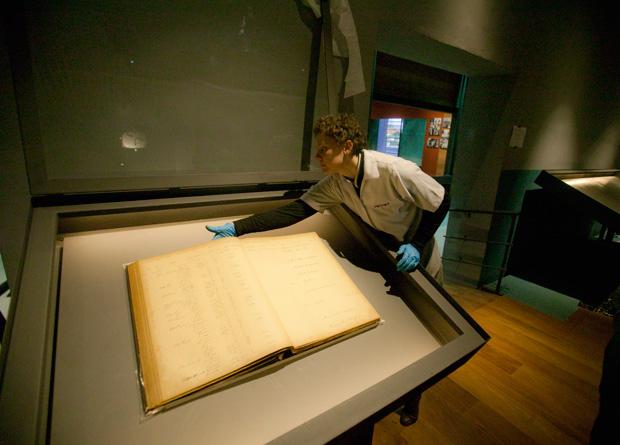 História: livro com o registro dos imigrantes que passaram pela hospedaria é exposto
