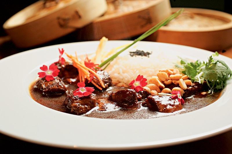 O curry de barriga e pernil suínos com adição de tamarindo e açúcar de palmeira