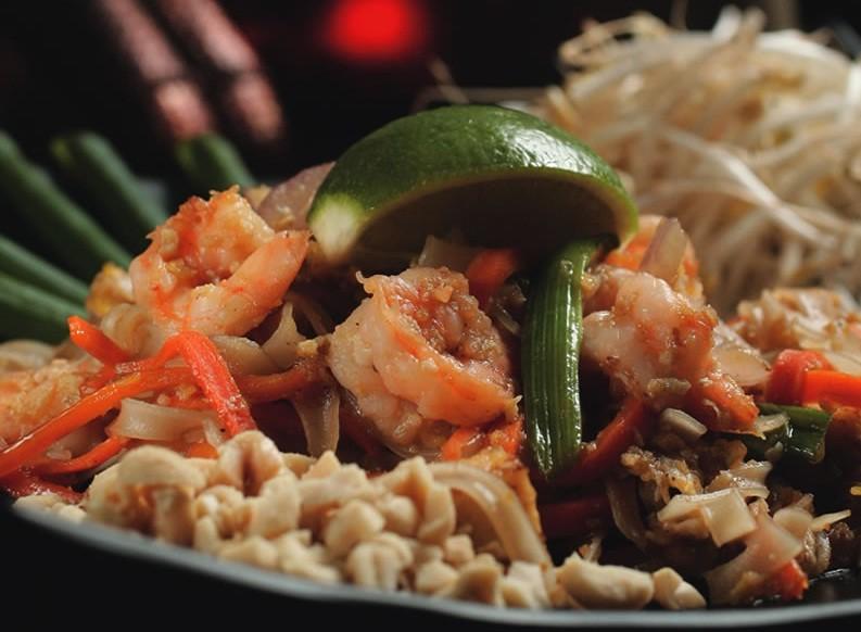 Pad thai, um talharim de arroz com camarão e vegetais