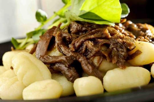 Nhoque de batata com ragú de rabada e mini agrião, Blú Bistrô