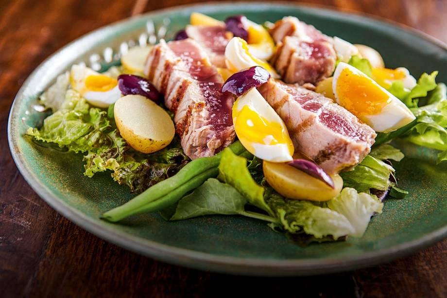 Salada niçoise: misto de alface, batata, vagem, azeitona preta e ovo gema cremosa coroado por atum na brasa