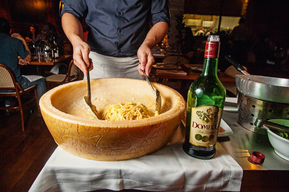 Preparação do espaguete à nico