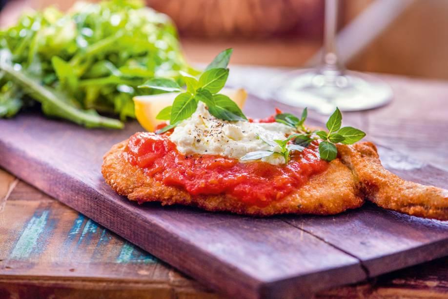Costeleta suína à parmigiana: na companhia de salada